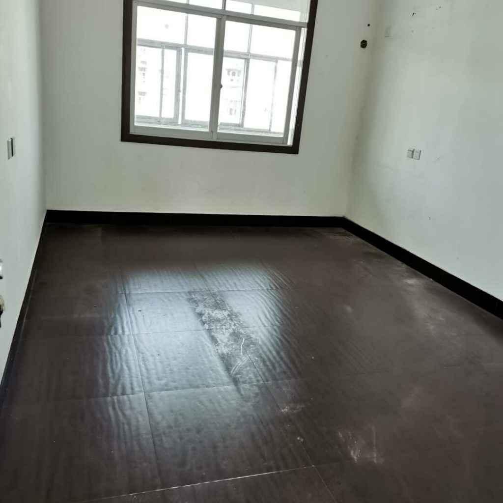 钟楼附近楼梯房有房出租,三室二厅一卫,添点家具家电就可入住